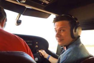 Появилось видео, где Дмитрий Комаров на самолете катает Екатерину Осадчую над Киевом