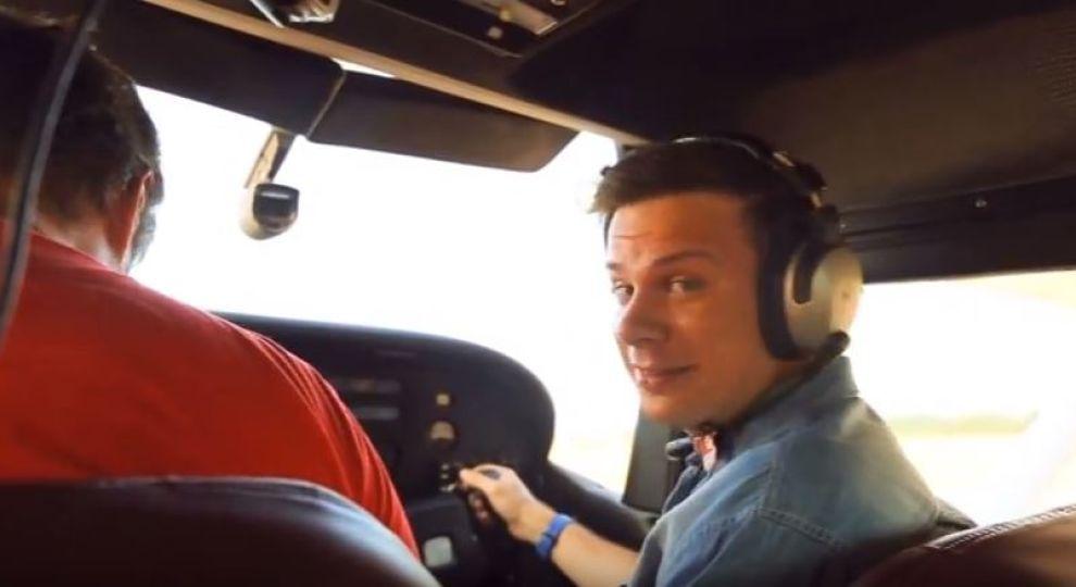 З'явилося відео, де Дмитро Комаров на літаку катає Катерину Осадчу над Києвом