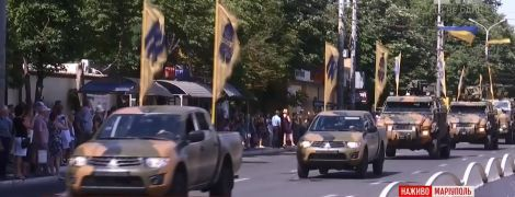 Мариуполь с военным парадом отметил освобождение от пророссийских оккупантов