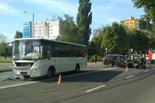 У Луцьку позашляховик зіткнувся з пасажирським автобусом