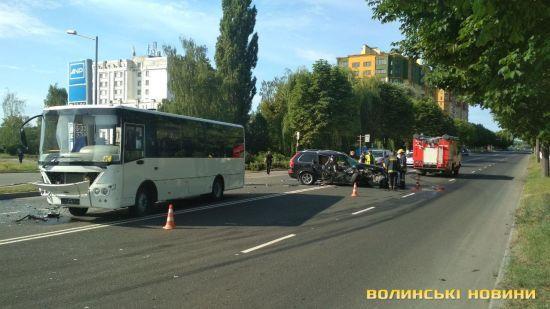 В Луцке столкнулись внедорожник и автобус с пассажирами