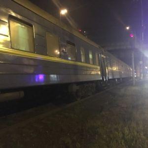 У Києві пасажирський поїзд переїхав двох людей біля ТРЦ