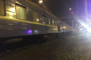 В Киеве пассажирский поезд переехал двух людей возле ТРЦ
