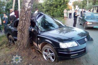 На Рівненщині заповнене дітьми авто влетіло у дерево
