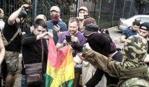 """""""Таким полум'ям буде горіти не лише ЛГБТ-прапор"""". Біля поліції спалили символ """"Маршу Рівності"""""""