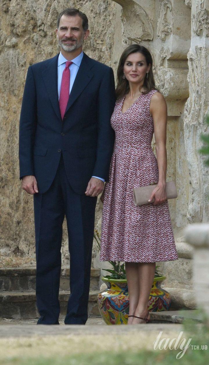 В платье миди с V-образным декольте: еще один выход королевы Летиции
