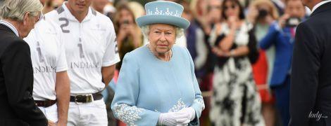 В необычном голубом пальто: роскошная королева Елизавета II на турнире по поло
