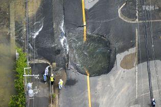 Провалля на дорогах та зупинка громадського транспорту. Захід Японії паралізував потужний землетрус