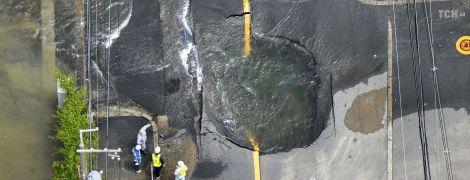 Провалы на дорогах и остановка общественного транспорта. Запад Японии парализовало мощное землетрясение