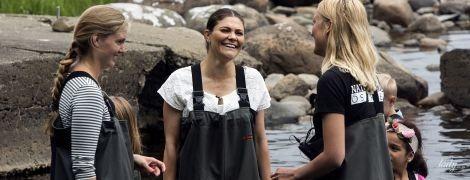 В забавном рыбацком костюме: шведская принцесса Виктория на рыбалке