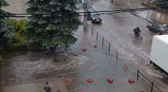 У Тернополі 15-хвилинна злива затопила кілька вулиць