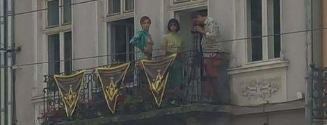 В центре Львова напротив горсовета устроили обнаженную фотосессию