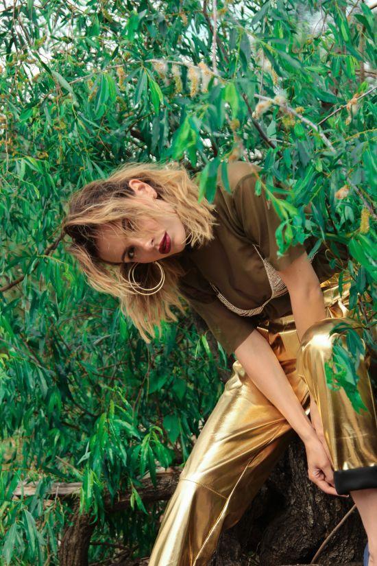 Вибухова MamaRika сховалася у дереві у блискучому бюстгальтері