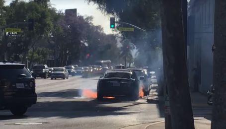 Электрокар Tesla Model S вспыхнул посреди дороги