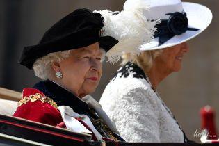В красивом наряде и новых серьгах с бриллиантами: королева Елизавета II на праздничной службе