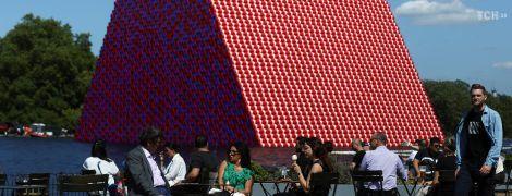 Она плавает и весит 650 тонн: художник Кристо построил в Лондоне цветную пирамиду из бочек