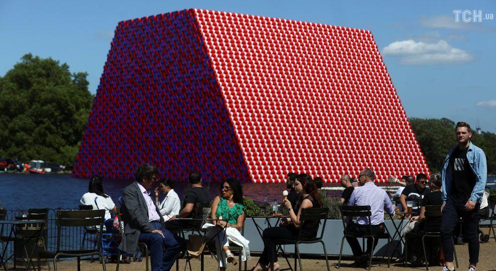 Вона плаває та важить 650 тонн: художник Крісто збудував у Лондоні кольорову піраміду з бочок