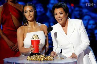 Кардашян с афрокосичками и Леди Гага в красном корсете стали лауреатками кинопремии