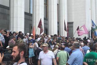 До мітингувальників під ВР вийшли кілька депутатів