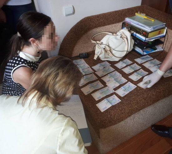 На Вінниччині на гарячому спіймали лікарку, яка вимагала у вагітної гроші за організацію пологів
