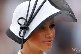 В экстравагантной шляпе и платье Givenchy: изящная Меган Маркл на скачках в Аскоте