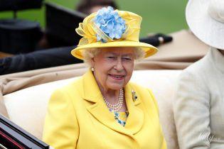 В желтом пальто и платье с цветочным принтом: яркая королева Елизавета II на скачках