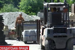 """В Днепре группу солдат-срочников """"арендовали"""" из воинской части для работ на бетонном заводе"""