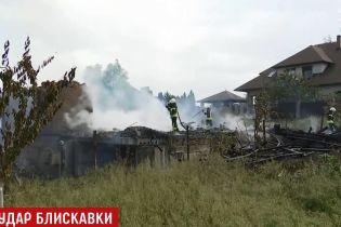 На Київщині блискавка спалила 2-поверховий приватний котедж