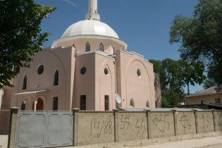 Свастика и неприличные рисунки. Вандалы осквернили мечеть в Крыму