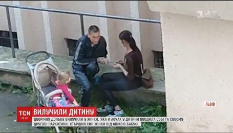 Дворічну доньку забрали до притулку у львів'янки, яка колола собі наркотики на очах у дитини