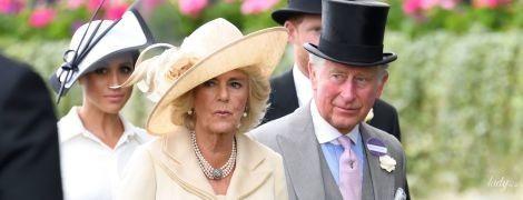 В красивом пальто и с питоновым клатчем: герцогиня Корнуольская на скачках в Аскоте