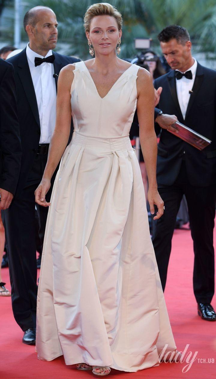 В мятом платье с V-образным декольте: княгиня Шарлин на фестивале в Монте-Карло