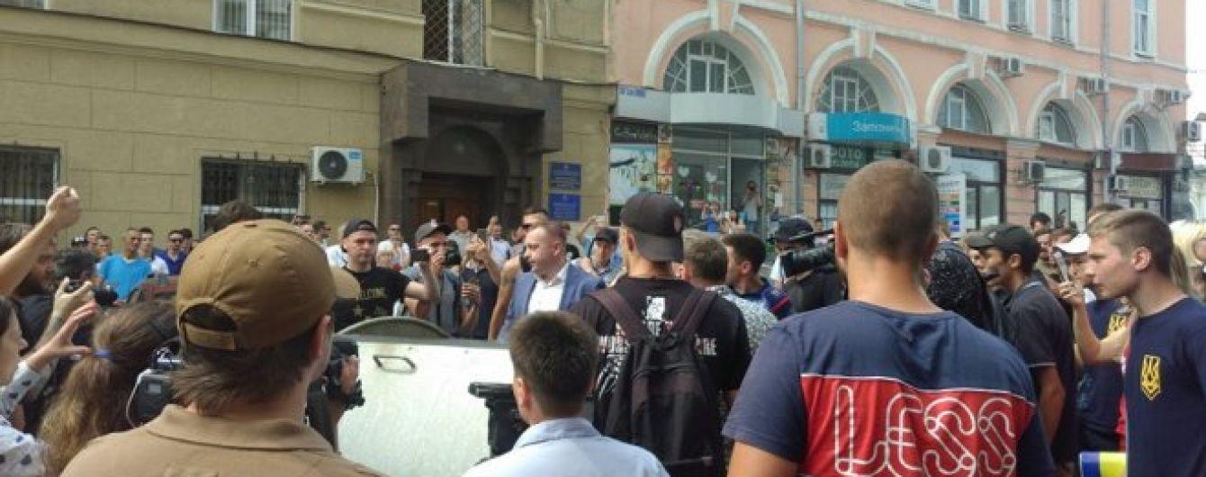 Столкновения в горсовете Харькова: зама мэра бросили в мусорник, депутаты забаррикадировались в зале