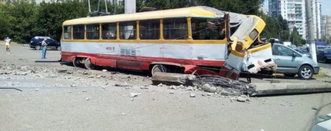 В Одессе трамвай покатился задним ходом и сбил столб и автомобиль