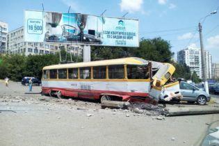 В Одесі трамвай покотився заднім ходом і збив стовп і автомобіль