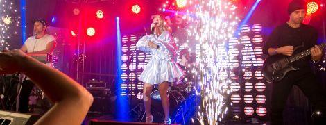 """В мини-платье и босоножках на высокой платформе: TAYANNA выступила на своем """"зеленом"""" концерте"""