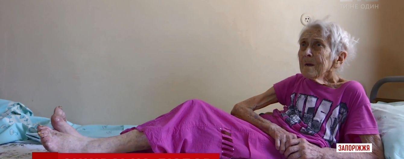 """В Запорожье 92-летняя бабушка несколько дней прожила в стареньком """"Москвиче"""""""