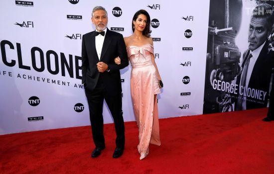Подружжя Клуні вирішило підтримати дітей мігрантів, віддавши їм 100 тисяч доларів