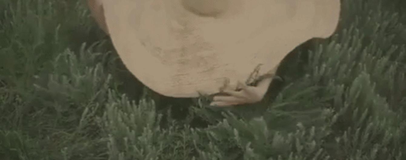 Обнаженная Вера Кекелия спряталась в огромной шляпке в дебютном клипе