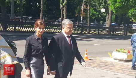 Петр Порошенко с женой приехал попрощаться с Драчем