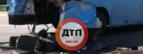 Кровавое ДТП под Киевом: внедорожник на огромной скорости влетел в автобус, есть погибшие