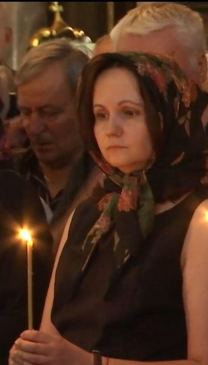 Високопосадовці, колеги та учні прийшли до Володимирського собору попрощатись з Іваном Драчем