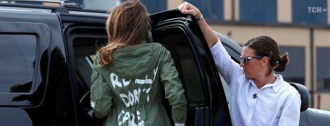 """Мелания Трамп на встречу с детьми мигрантов полетела в куртке с надписью """"Мне все равно. А вам?"""""""