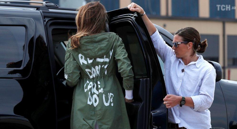 """Меланія Трамп на зустріч із дітьми мігрантів полетіла в куртці з написом """"Мені байдуже. А вам?"""""""