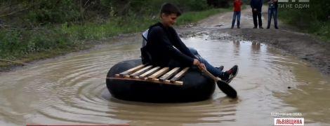 На Львовщине школьники сняли вирусный видеоклип о состоянии дороги, которую переплывают на покрышках