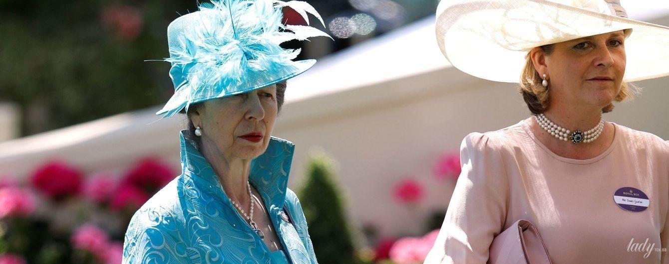 В голубом наряде и шляпе с перьями: принцесса Анна снова на скачках