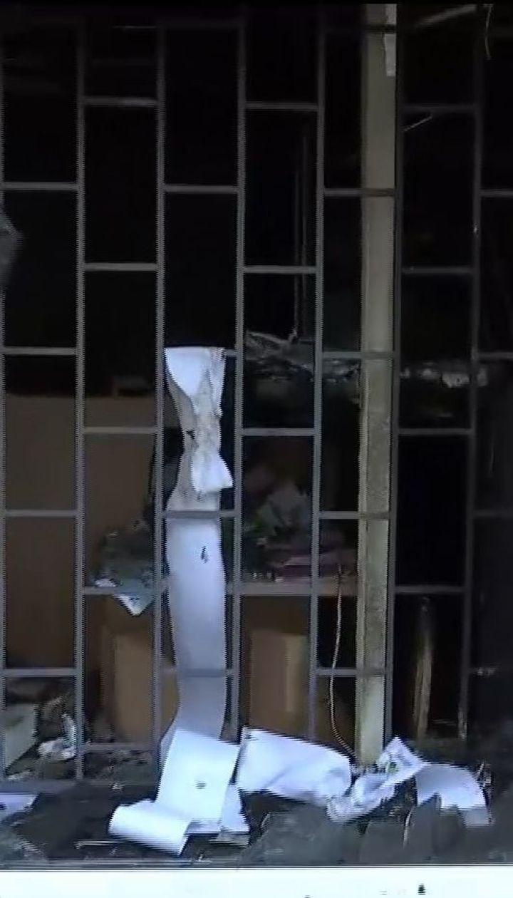 """В Киеве неизвестные бросили взрывчатку в витрину """"Ощадбанка"""""""