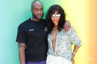 С декольте до пупка: Наоми Кэмпбелл посетила парижское шоу Louis Vuitton