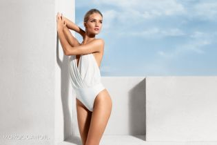 Просто красотка: Рози Хантингтон-Уайтли в белом купальнике позировала для фотосета