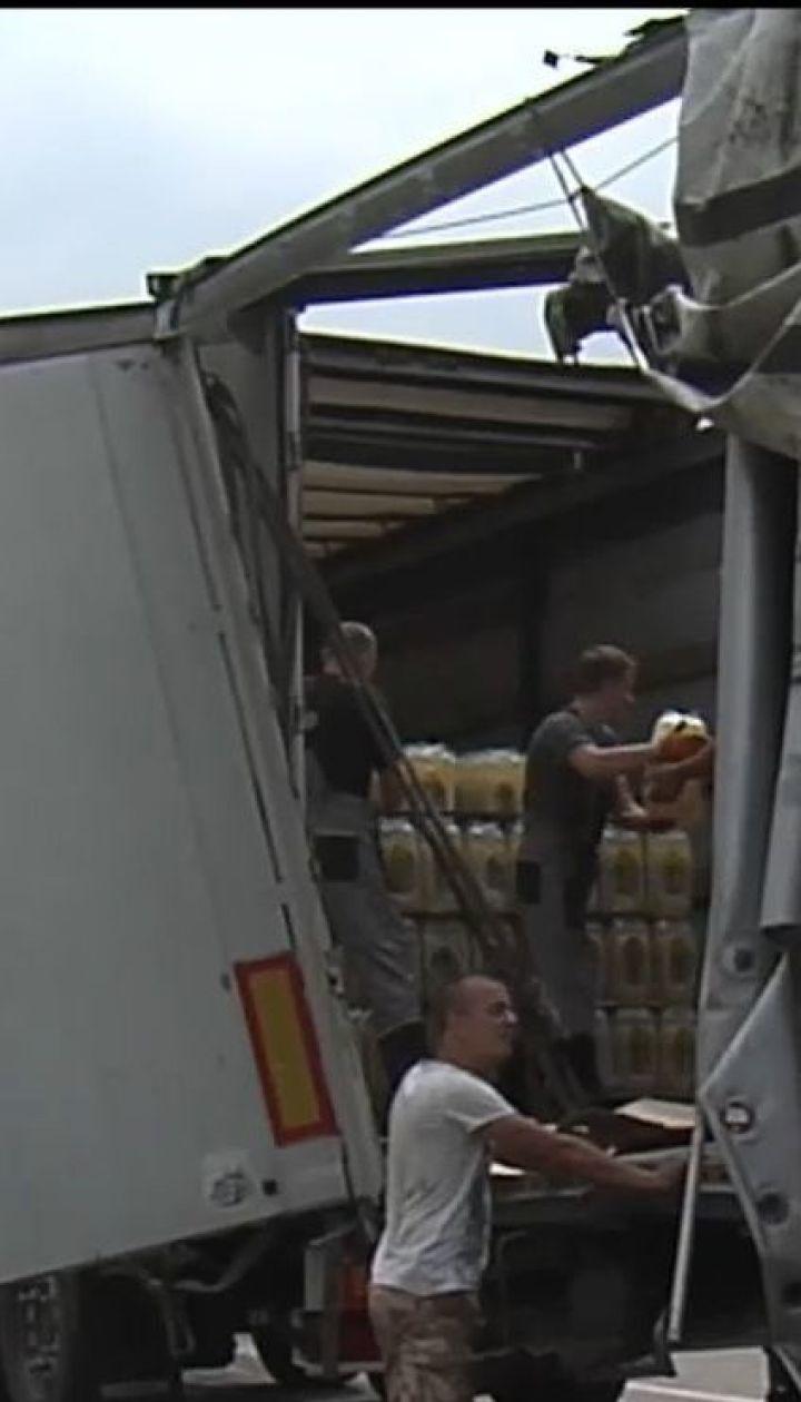 Лимонадна ДТП: під Києвом розбилася фура, що перевозила сотні ящиків із газованою водою